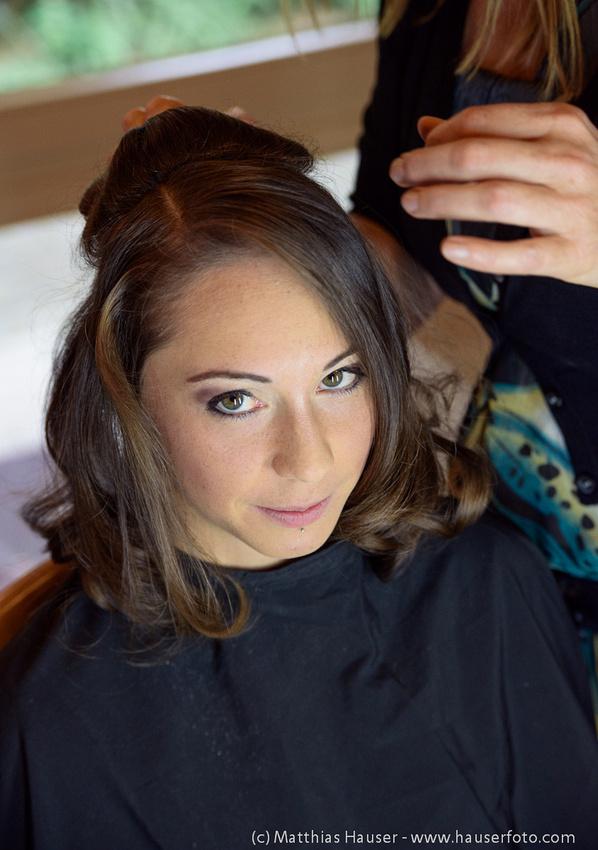 Vorbereitungen der Braut - Visagistin macht die Haare