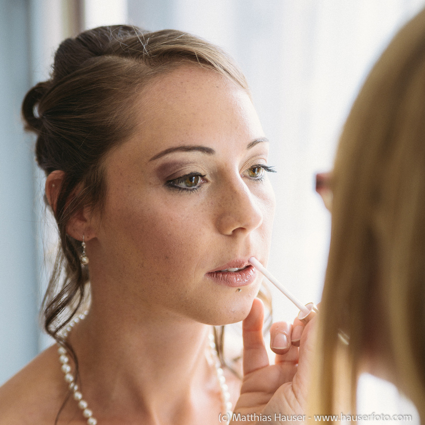 Tag der Hochzeit, Vorbereitungen (Brautschminken). Die Visagistin schminkt die Braut.