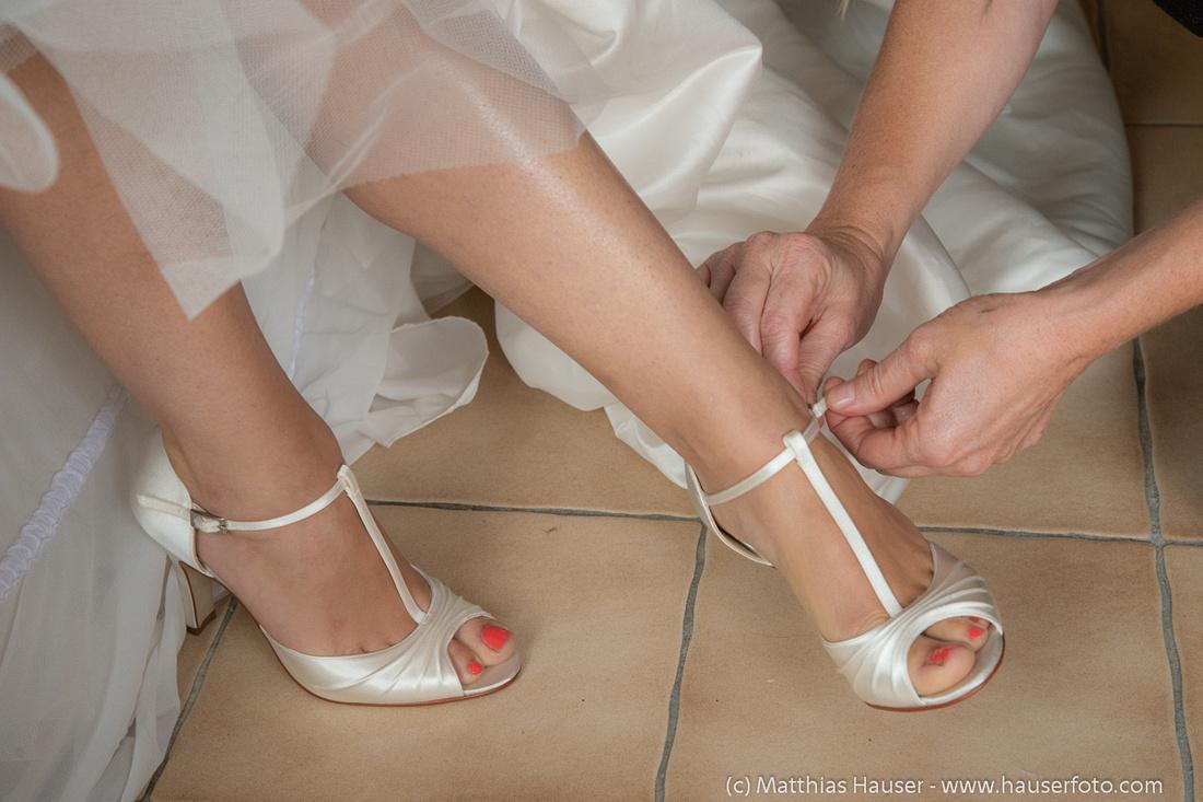 Hochzeit - Braut zieht die Hochzeitsschue an