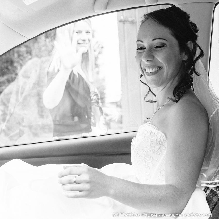 Hochzeit - Braut im Auto - schwarzweiß