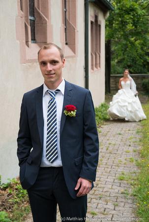 """Paarbilder am Tag der Hochzeit - klassischer """"first look"""" - die Braut im Hochzeitskleid und der Bräutigam im Anzug sehen sich zum ersten Mal am Hochzeitstag"""