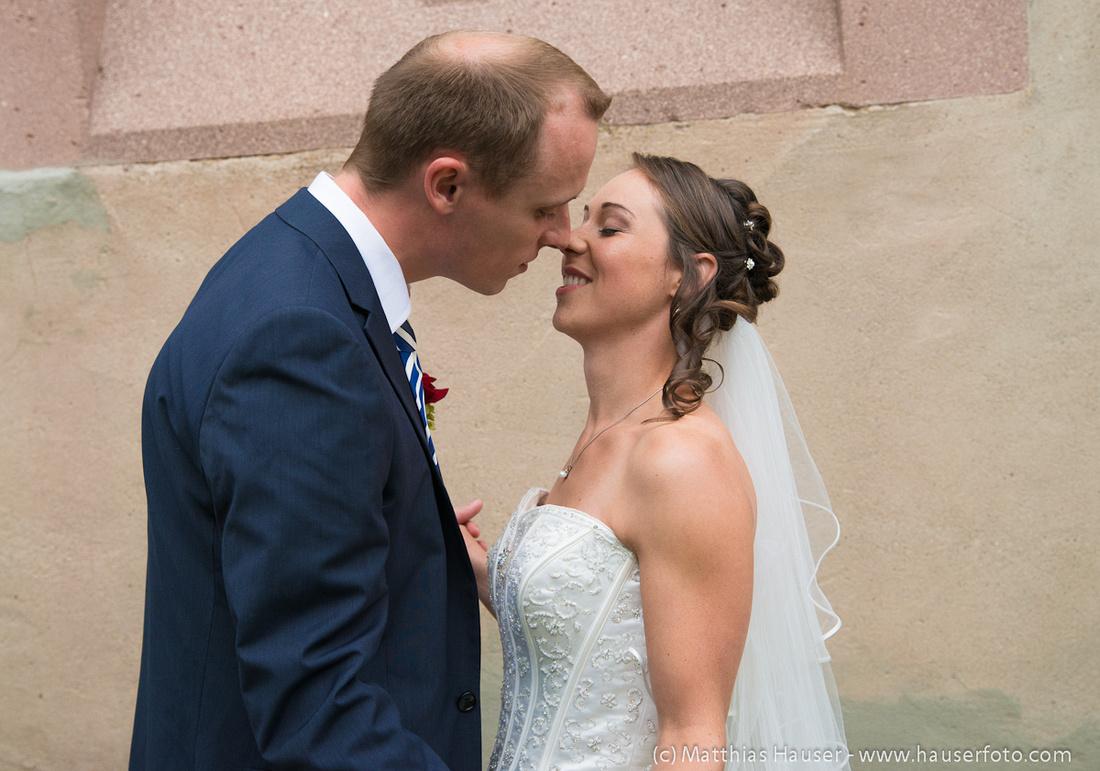 Hochzeit - Braut und Bräutigam beim Kuss