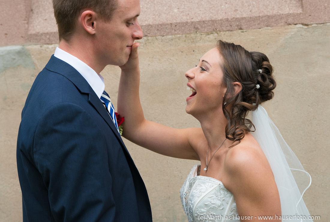 Hochzeit - lachende glückliche Braut mit Bräutigam