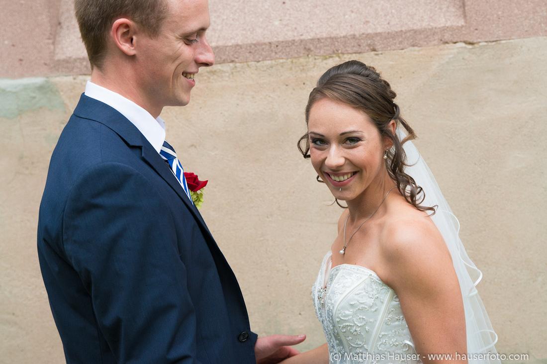 Hochzeitstag - lachende fröhliche Braut und Bräutigam