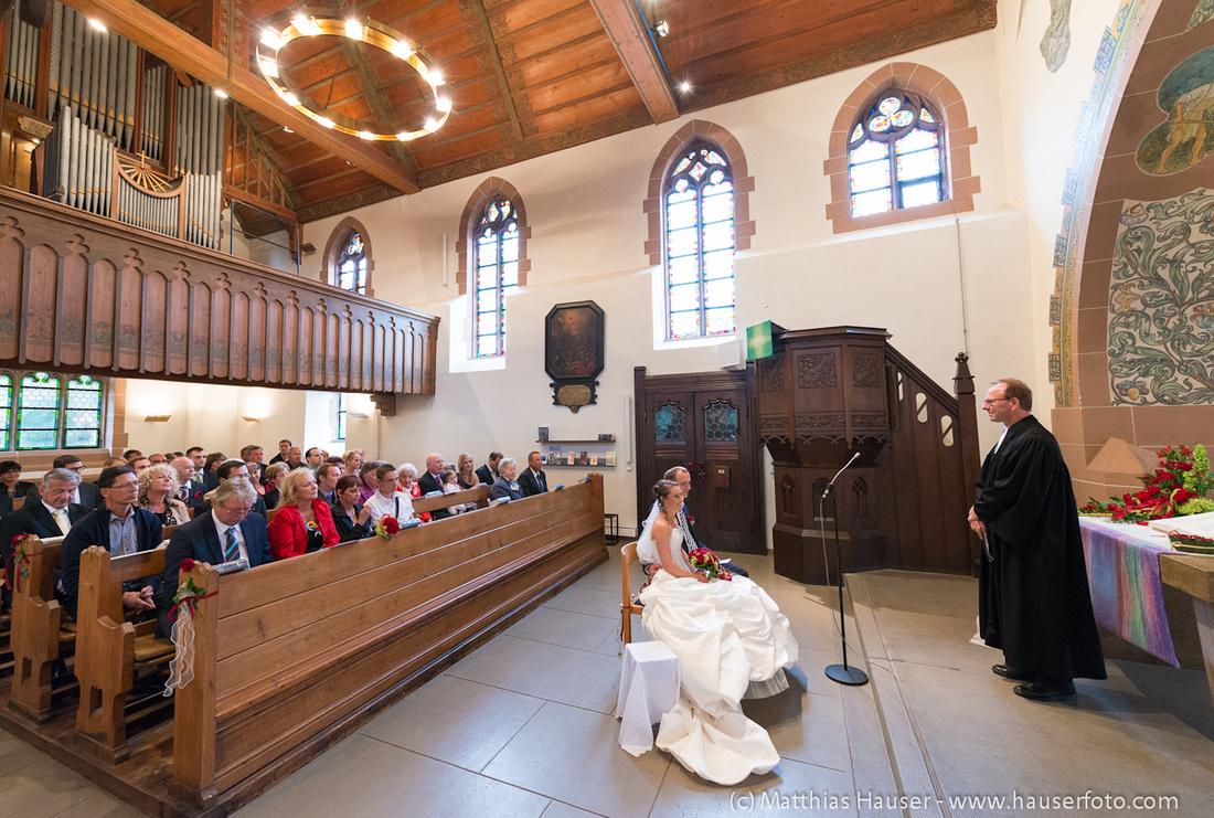 Hochzeit, kirchliche Trauung, Pfarrer, Brautpaar und Gäste in der Kirche