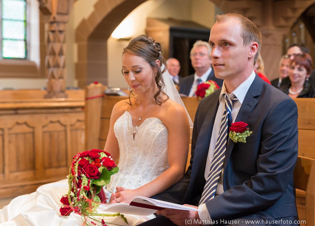 Hochzeit - Braut und Bräutigam bei der kirchlichen Trauung