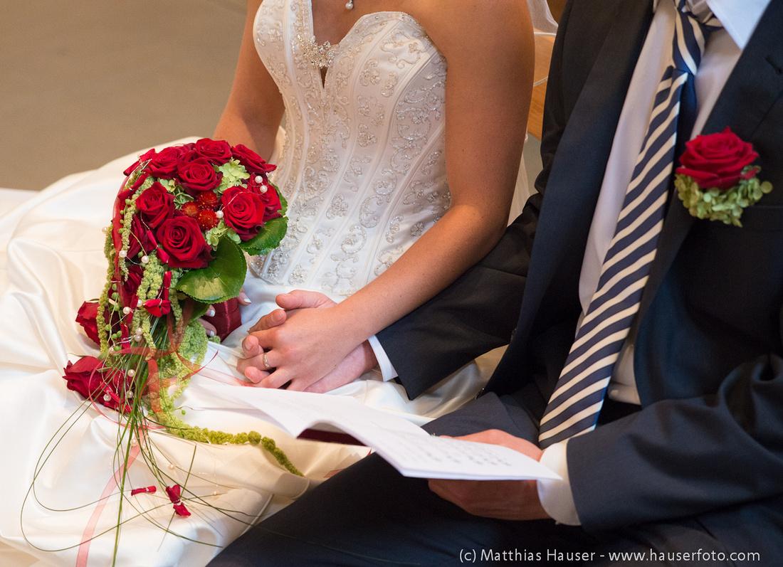 Hochzeit - Bräutigam hält Hand der Braut während der Trauung