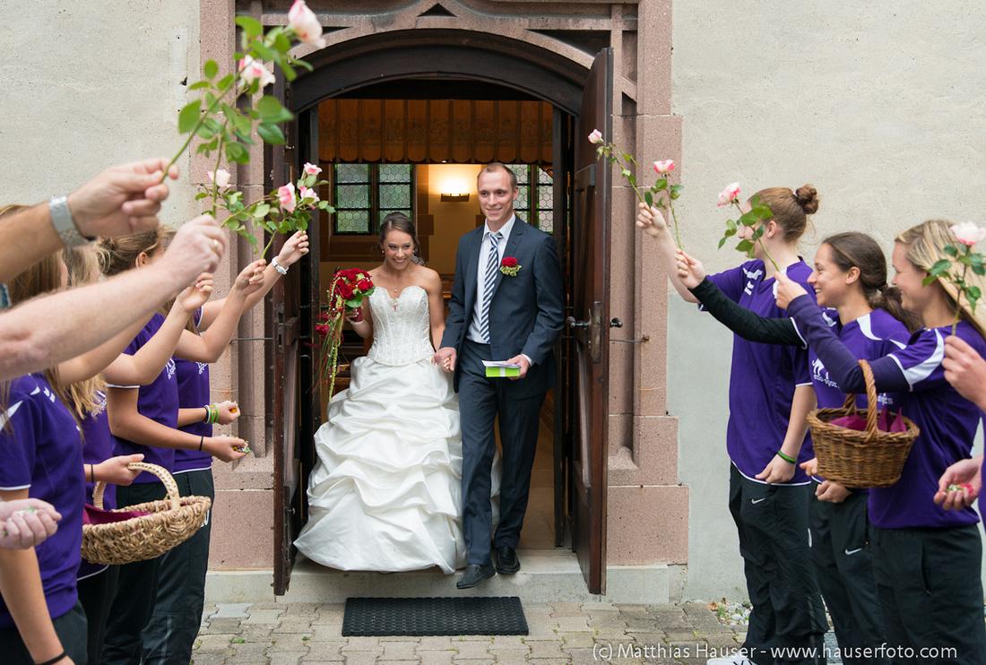 Spalier mit Rosen vor der Kirche - Braut und Bräutigam