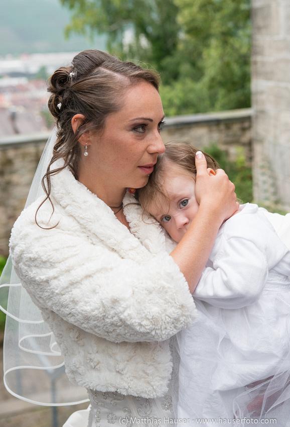 Hochzeit, Braut hält ein Kind auf dem Arm
