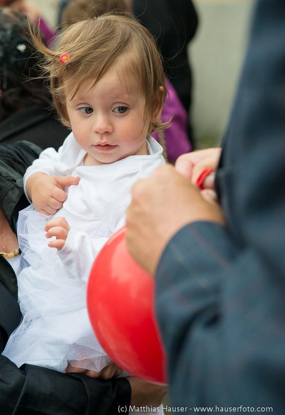 Hochzeit, Kind und roter Luftballon
