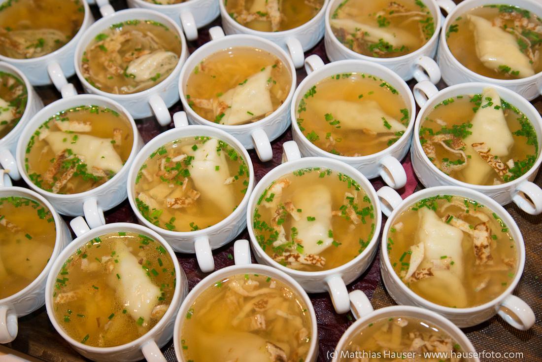 Schüsseln mit Suppe