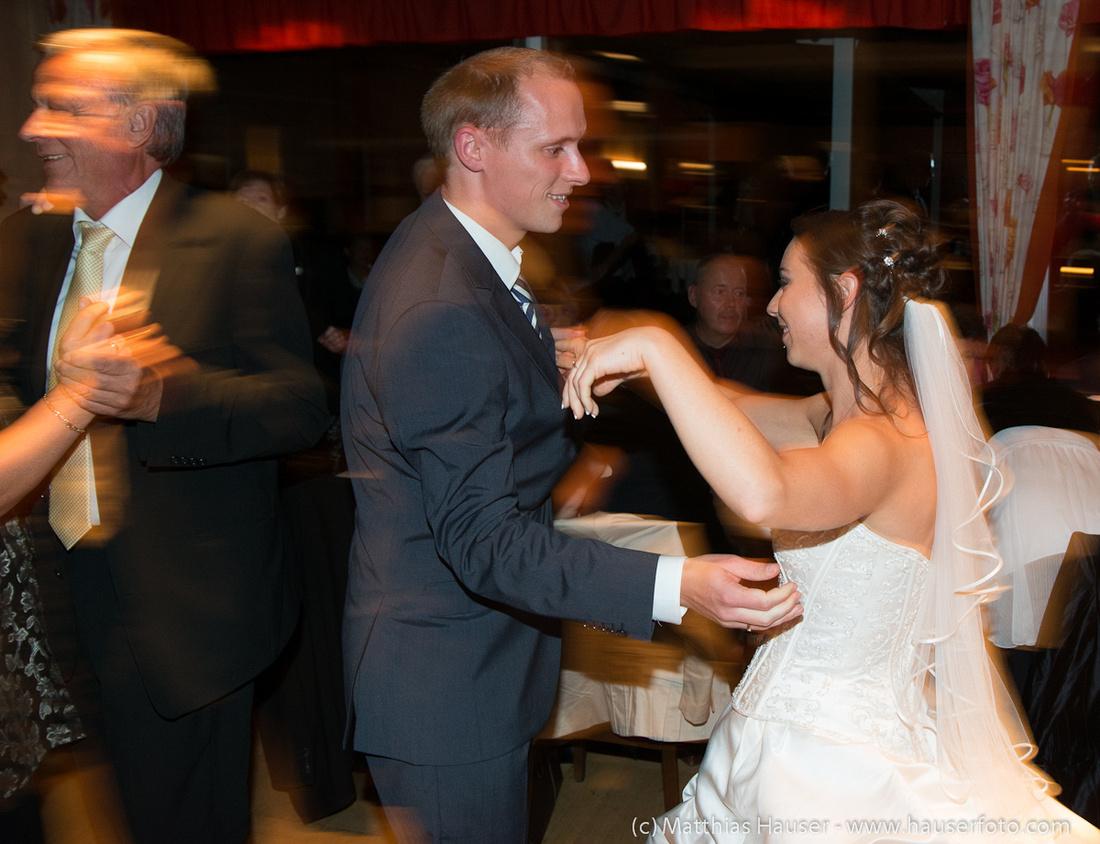 Auf einer Hochzeit wird getanzt - Braut und Bräutigam