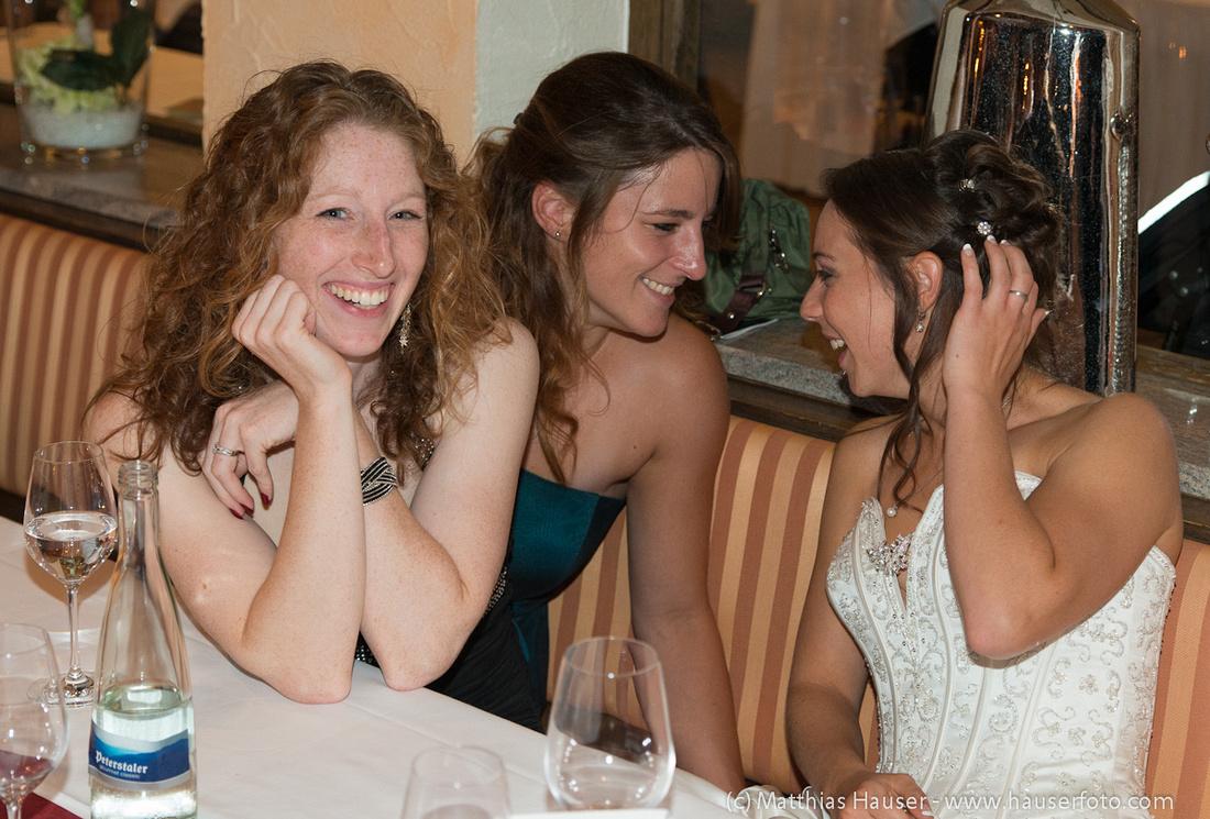 Braut und lachende Frauen auf einer Hochzeitsfeier