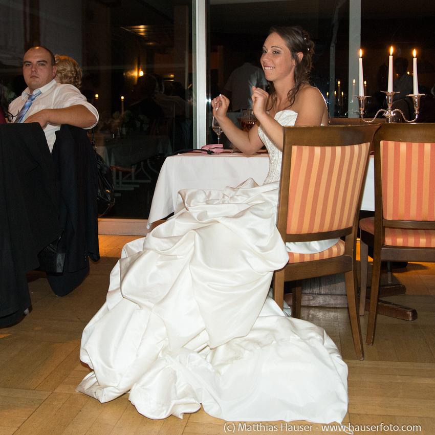 Fröhliche Braut auf ihrer Hochzeitsfeier