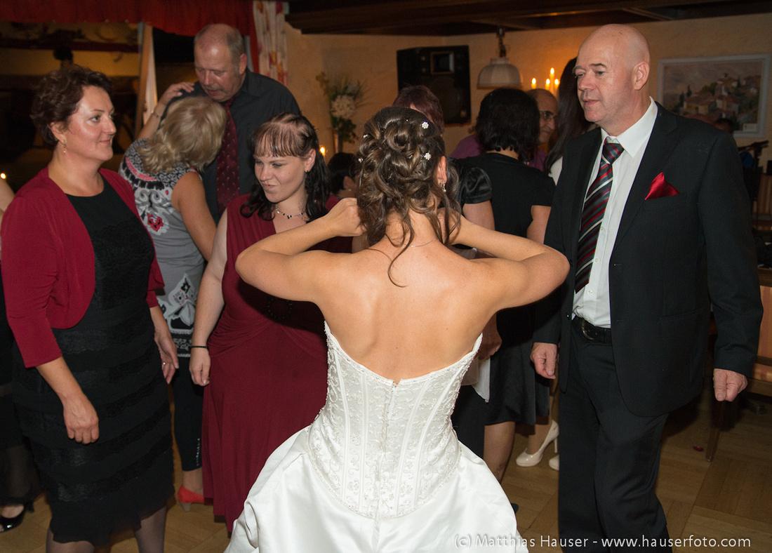 Braut tanzt mit ihren Gästen auf ihrer Hochzeit