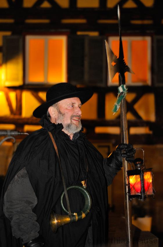 Walter Rebmann, Nachtwächter in Waldenbuch vor historischem Fachwerk, Baden-Württemberg, Deutschland