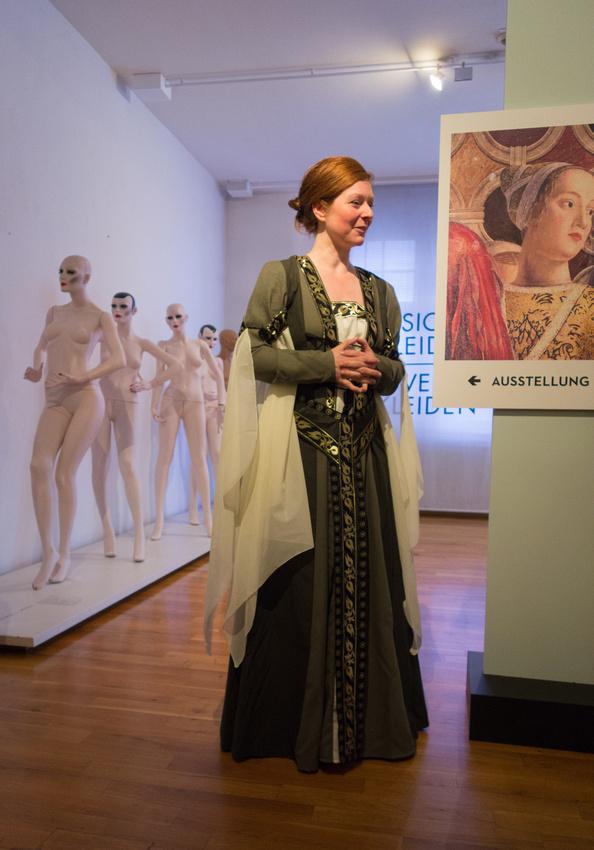 Frau in historischem Kostüm stellt die Gräfin von Mantua dar