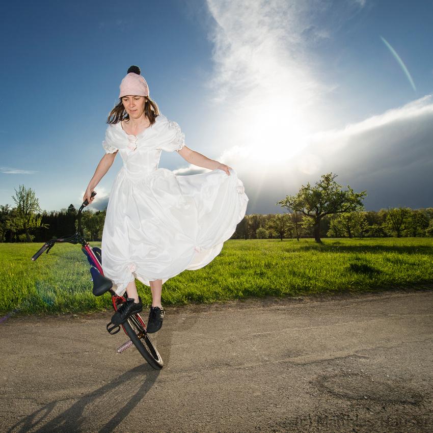 Hochzeitsfotos einmal anders, Monika Hinz mit Brautkleid auf dem BMX Flatland Bike