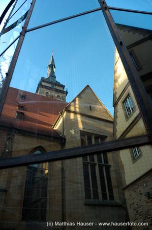 Stiftskirche Stuttgart spiegelt sich in einer modernen Glasfassade