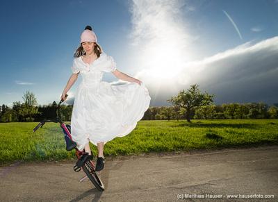 Monika Hinz mit Hochzeitskleid auf dem BMX Flatland Rad