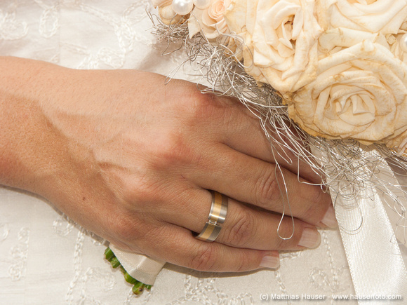 Hochzeit, Hand mit Ring und Brautstrauß