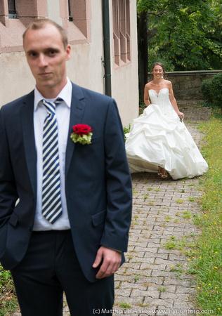 Gleich ist sie da - die Braut ist im Anmarsch, der Bräutigam wartet gespannt - Paar-Shooting am Tag der Hochzeit