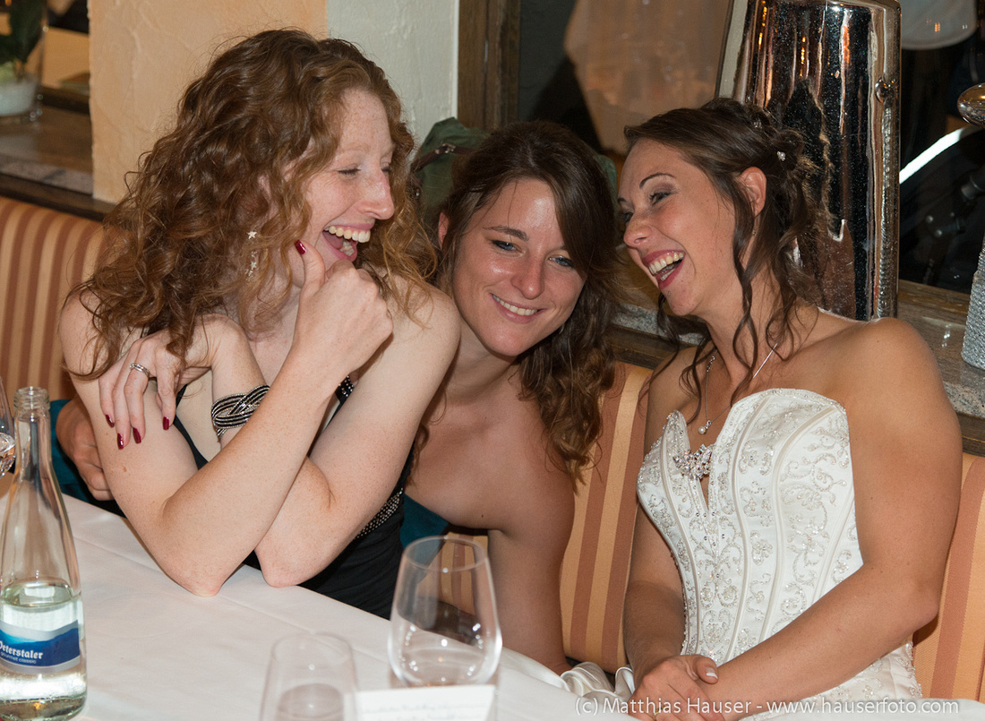 Hochzeit - Braut unterhält sich mit Gästen, ausgelassene Stimmung, alle lachen