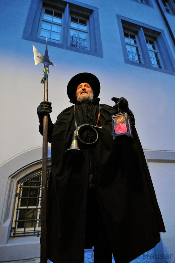 Nachtwächter Walter Rebmann im Innenhof des Waldenbucher Schlosses