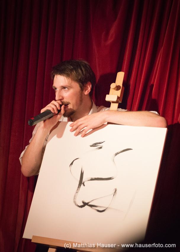 Rapper Alligatoah mit einer Zeichnung - Konzert in Stuttgart