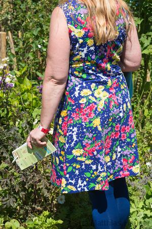 Langesgartenschau Nagold 2012 geblümtes Kleid vor Pf