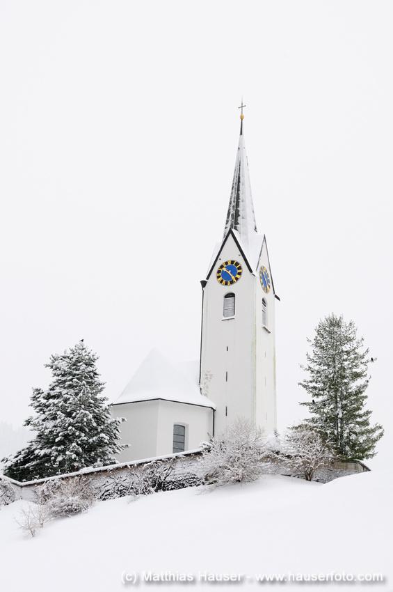 Kirche in Hirschegg, Kleinwalsertal, Österreich im Winter