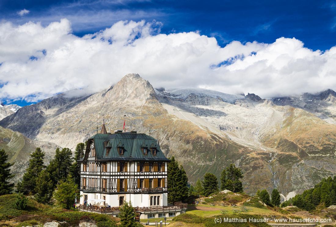Die prächtige Villa Cassel umrahmt von Bergen der Schweizer Alpen, Riederalp, Wallis, Schweiz
