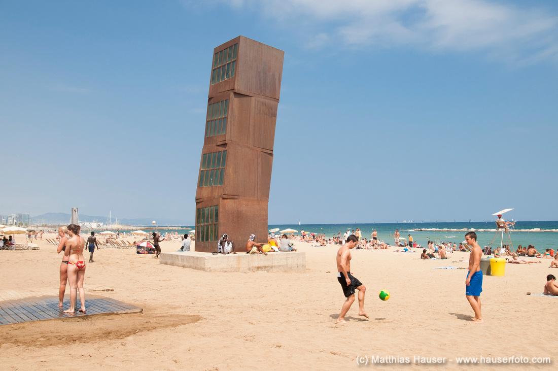 Kunstwerk von Rebecca Horn am Strand von Barcelona, Spanien