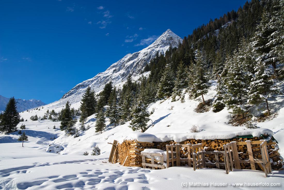 Stapel mit Holzscheiten im Winter Pitztal Österreich