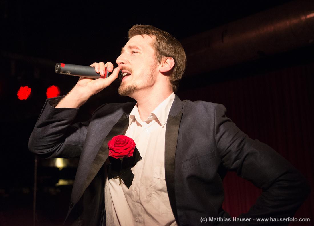 Rapper Alligatoah mit roter Rose