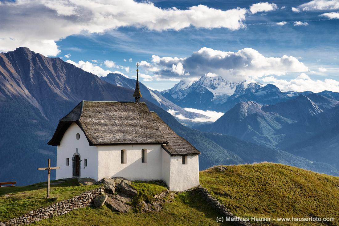 Kapelle Maria zum Schnee umgeben von Bergen der Schweizer Alpen, Bettmeralp, Wallis, Schweiz