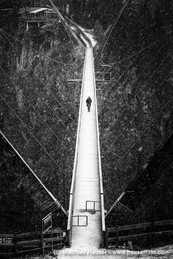 Benni Raich Brücke Pitztal im Winter schwarzweiß