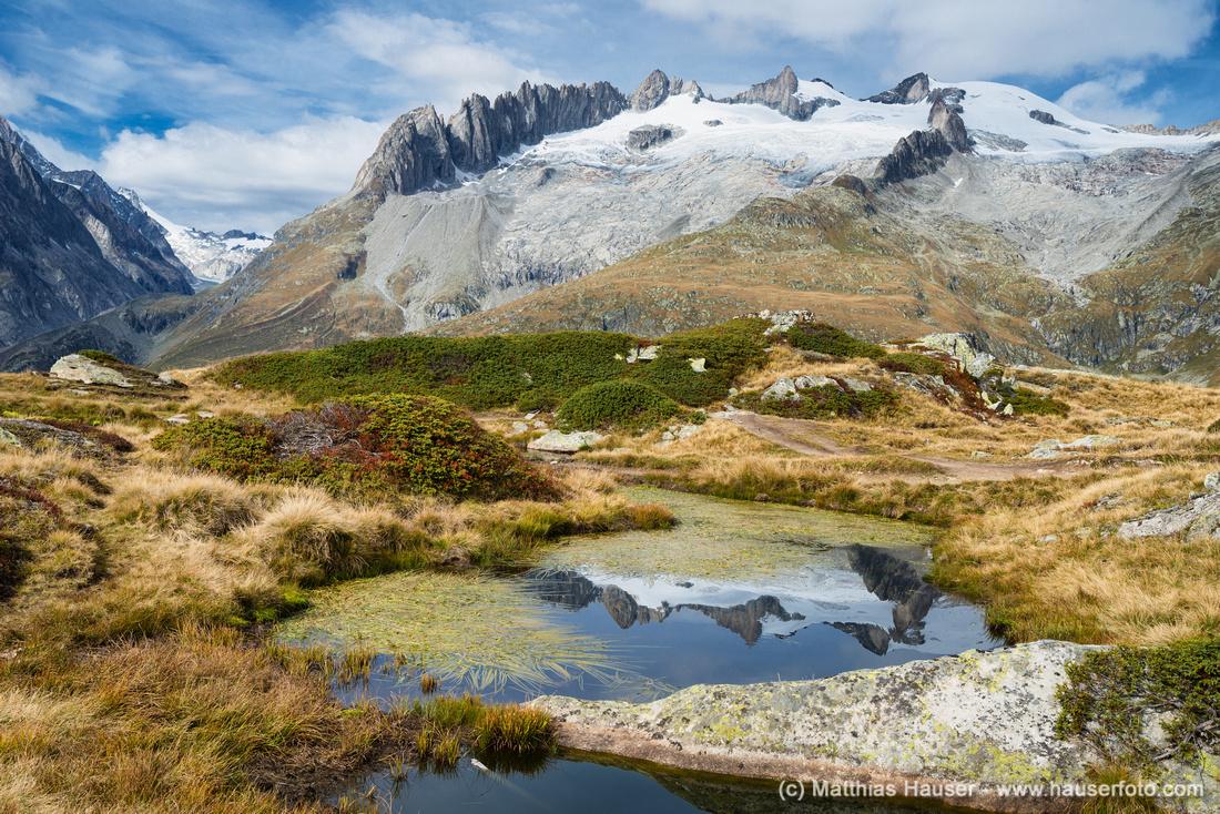 Landschaft mit Bergen die sich im Wasser spiegeln in den Schweizer Alpen - Beautiful reflection of snow-covered mountains in the Swiss Alps